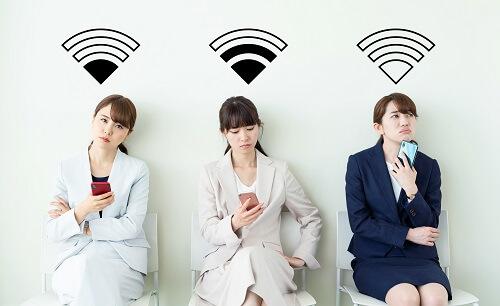 wifiの電波に悩む女性